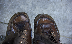 Cuidado y mantenimiento de los zapatos de cuero.